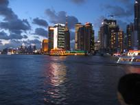 霓虹灯映照下的上海外滩