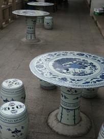 青花瓷样式圆桌与鼓形圆凳