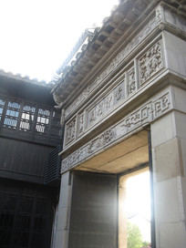 青砖修砌的大门和雕花
