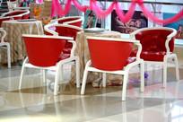 休闲区里的红色椅子
