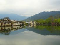 安徽宏村南湖旁徽派建筑