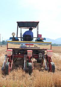 播种机麦田里套种玉米