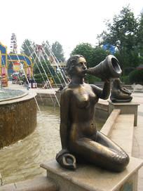 吹海螺的美人鱼雕塑