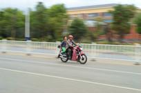 高速行驶的摩托车