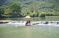 河里的竹筏