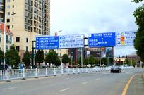 横跨道路的交通标牌