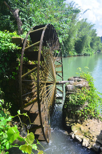 湖里的水车