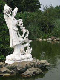 湖畔腾云撒花的何仙姑雕塑