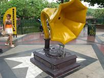 巨大的留声机雕塑与美女