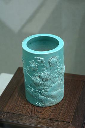 蓝色陶瓷笔筒