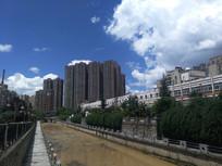 蓝天下的清镇东门河沿岸高楼