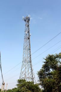 蓝天下网络信号塔