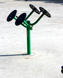 农村广场安置的健身器材