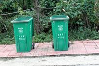 农村街头巷尾放置的垃圾箱