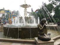喷泉前沉思的美人鱼雕塑