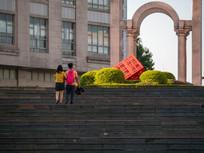 情侣走在台阶上
