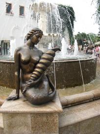 手握长海螺的美人鱼雕塑