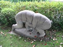 摔跤的小孩雕塑