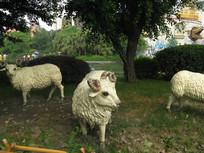 树荫下的绵羊雕塑