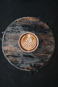 圆凳上的咖啡