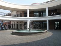 圆形建筑与喷水池