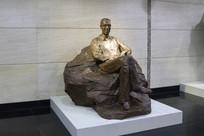 坐着的人物雕像