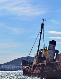 海面上的放弃渔船