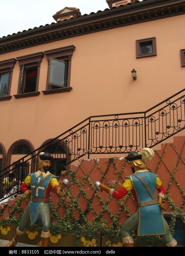 楼梯下击剑的骑士雕塑图片
