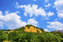 千山云潭山峰与蓝天白云