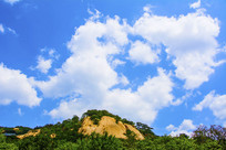 千山云潭山峰与满天白云
