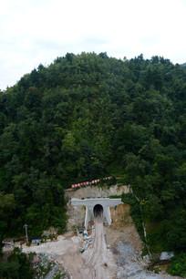 新修隧道的山坡