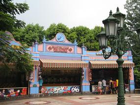 铸铁灯杆前的游乐场