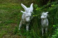 草丛里的小羊雕塑