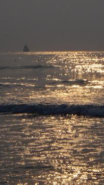 朝阳下的石老人海水浴场