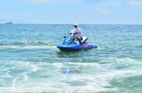大海上行驶的水上摩托