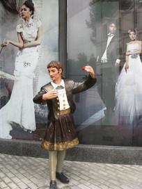 手持玫瑰跳舞的男子雕塑