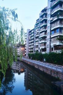 河边的住宅小区大楼风景