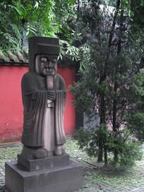 红墙竹林外的汉代人物石雕