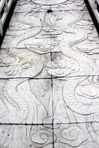 花岗石头上的龙形图案