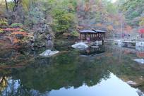 湖水亭子及倒影