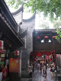 绿树下的飞檐与古建筑