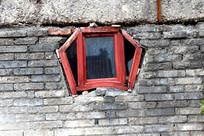 墙面上眼睛一样的窗户
