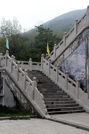 寺庙石头台阶组成的通道