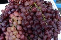 一堆红葡萄