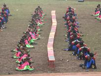 彝族长凳与跳舞的彝族男女