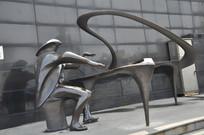 弹钢琴的雕塑