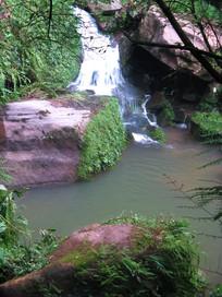 大石中央的清泉与水潭