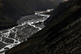黑色岩石山脉