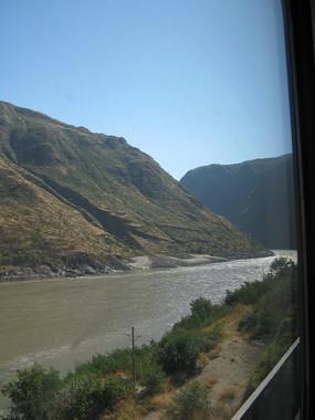 火车车窗外的安宁河