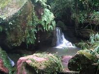 巨石边上的清泉